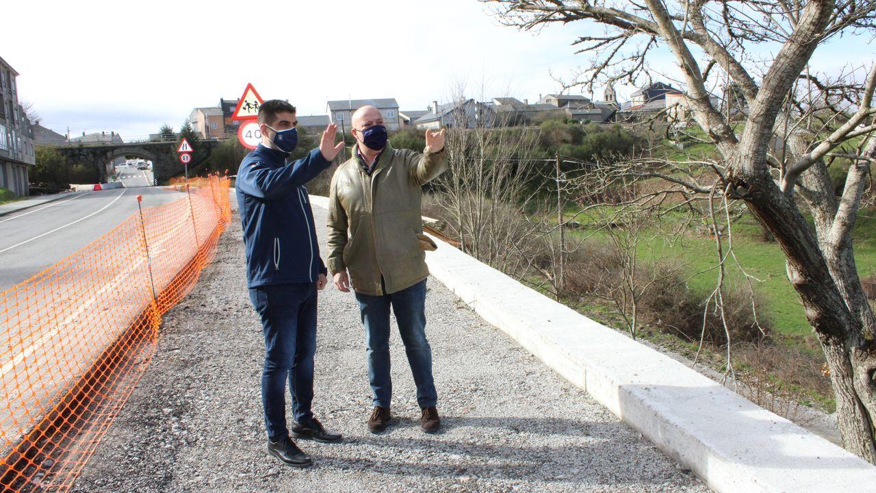 Gabriel Alén visita las obras de la senda peatonal de A Gudiña junto al alcalde, José María Lago