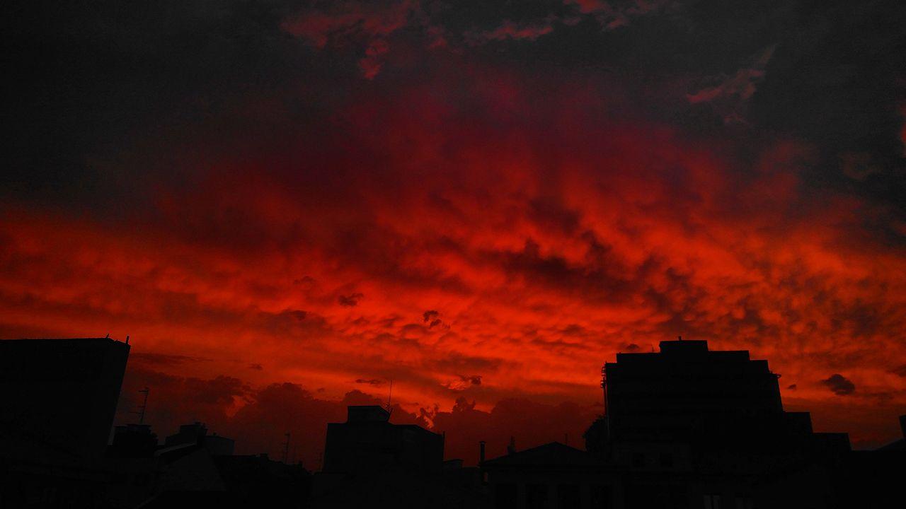 Inolvidable atardecer en Gijón la tarde del 23 de julio. Titulado por el autor «Bienvenidos al infierno» o «cielo de sangre». Un pequeño chubasco dejó paso a una capa estable de Altostratus. Cuando el Sol comenzó a declinar, la nube mostró unas magníficas mammatus naranjas/rojizas que destacaban sobre el azul grisáceo que mostraba la nube en algunas zonas.