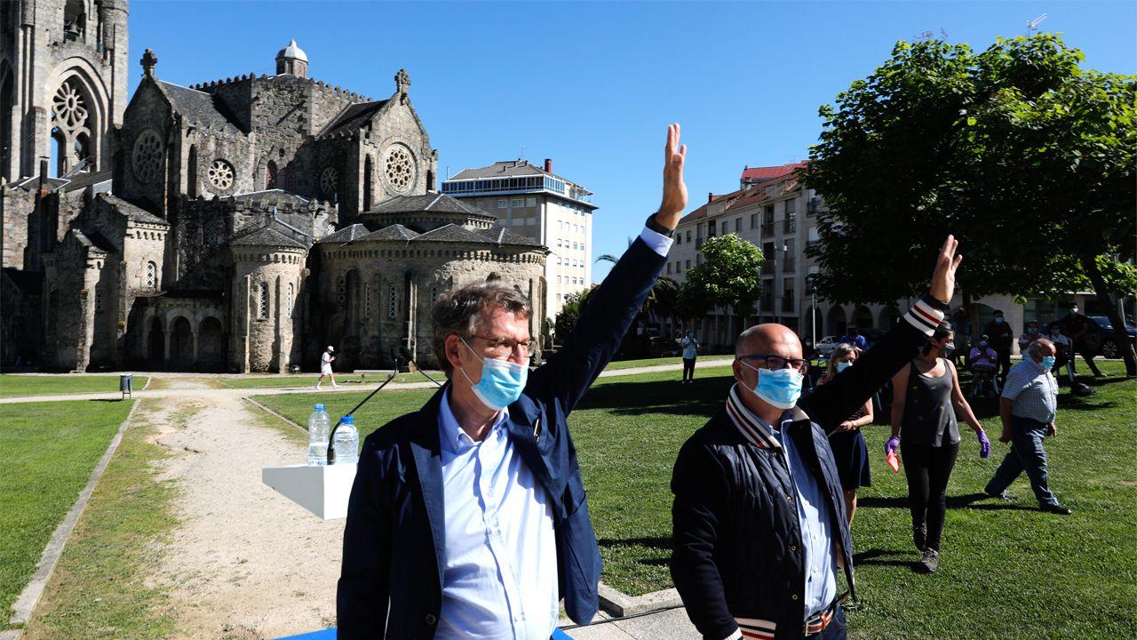 Feijoo, con José Manuel Baltar, a su llegada al mitin en O Carballiño