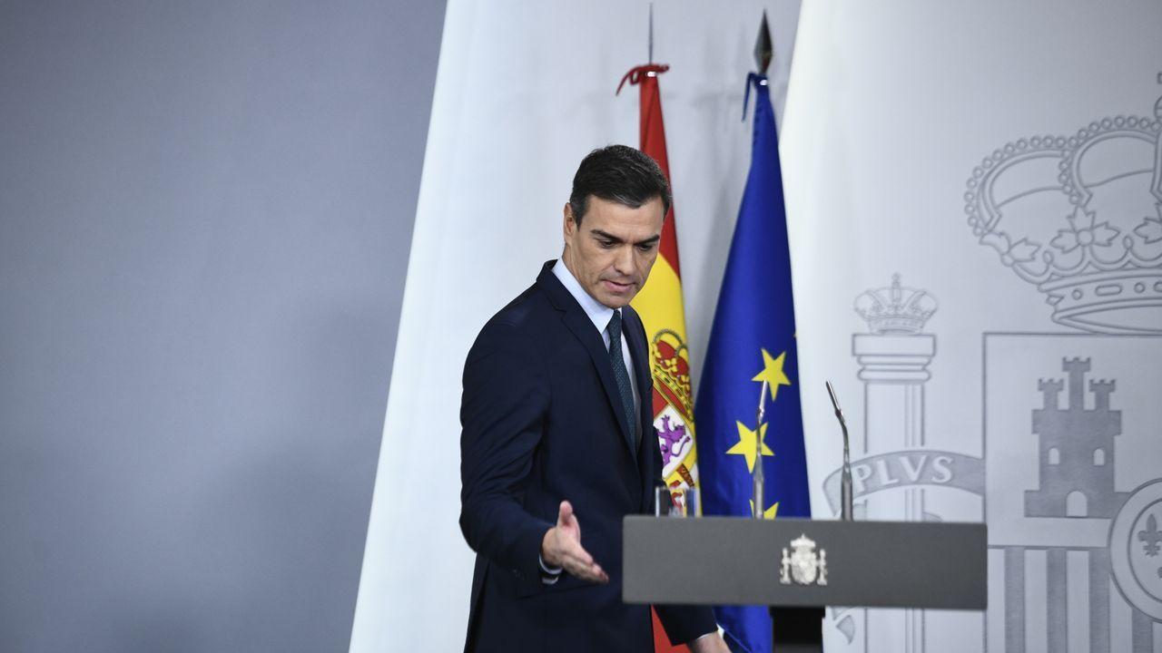 Las espectaculares imágenes que deja Fabien en Ferrol.Alejandro Hernández (Vox) saluda al presidente de la Junta de Andalucia, Juan Manuel Moreno Bonilla, este lunes, en Sevilla