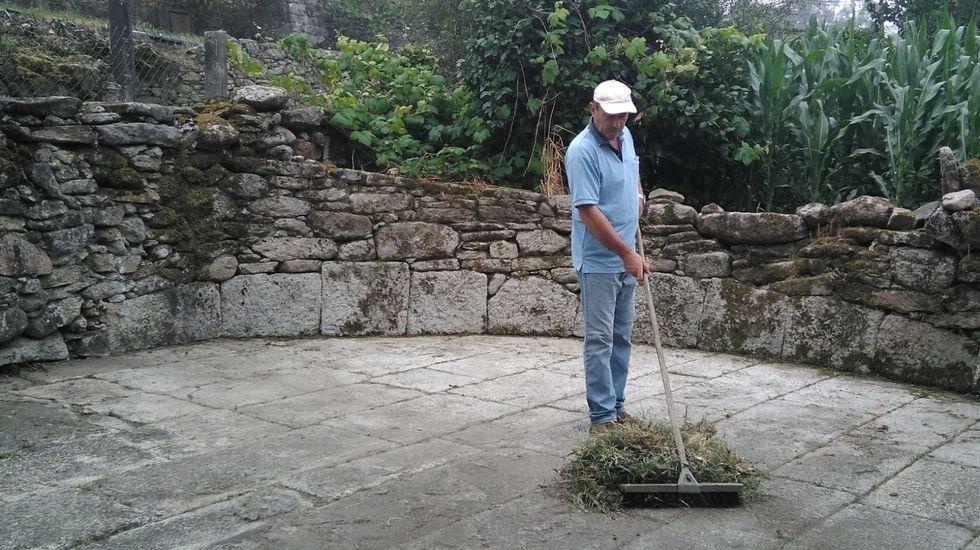 Moncho Villar, limpando a Eira da Vilara, en Santa Cristiña