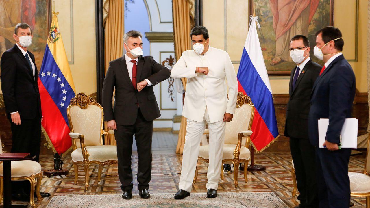 Nicolas Maduro y el embajador ruso  Serguéi Melik-Bagdasarov se saludan con el codo