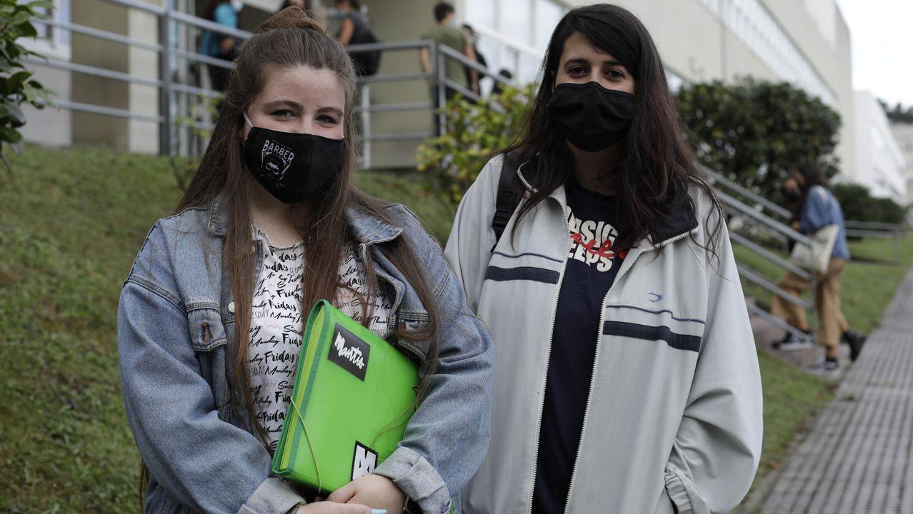 Rebeca Juanatey y Natalia García, estudiantes de tercero de Sociología, en el primer día de clase en la UDC