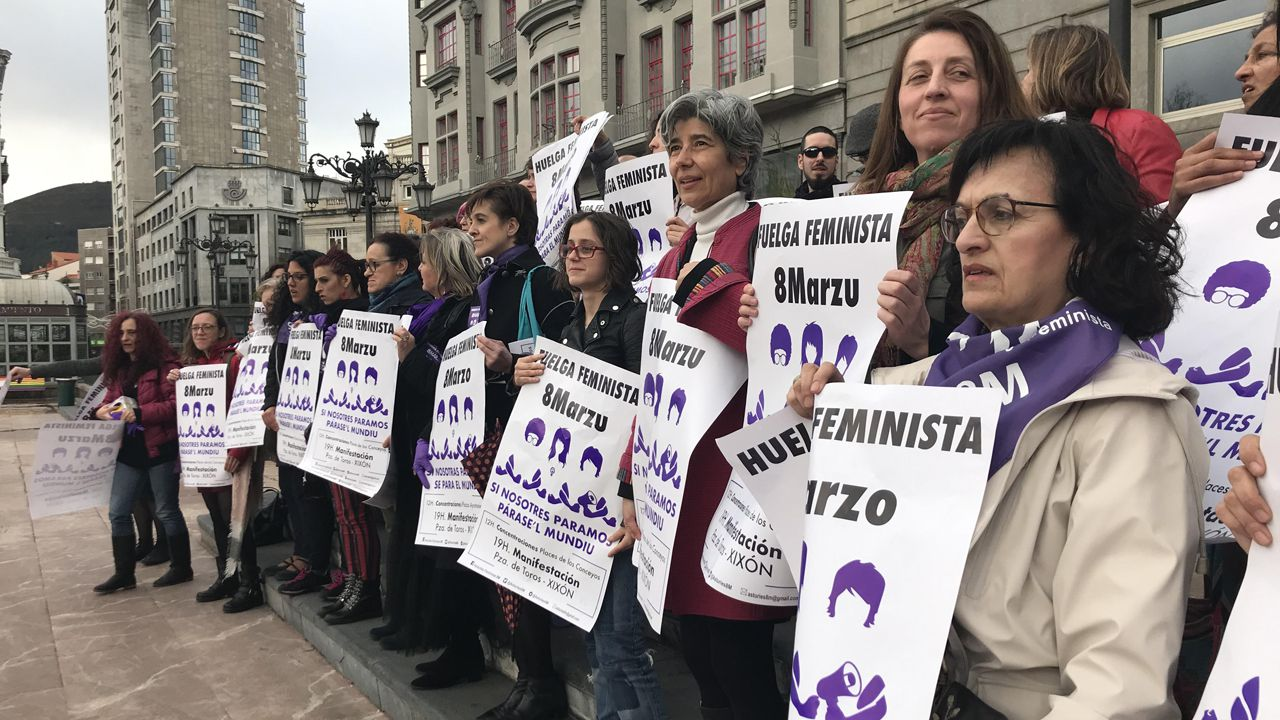 Decenas de personas se reunieron este miércoles en la plaza de La Escandalera, en un acto convocado por la Comisión del 8-M