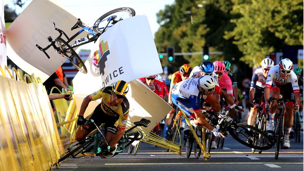Momento del choque, cuando la bicicleta de Jakobsen vuela por los aires tras cerrarle el paso Groenewegen (de amarillo)