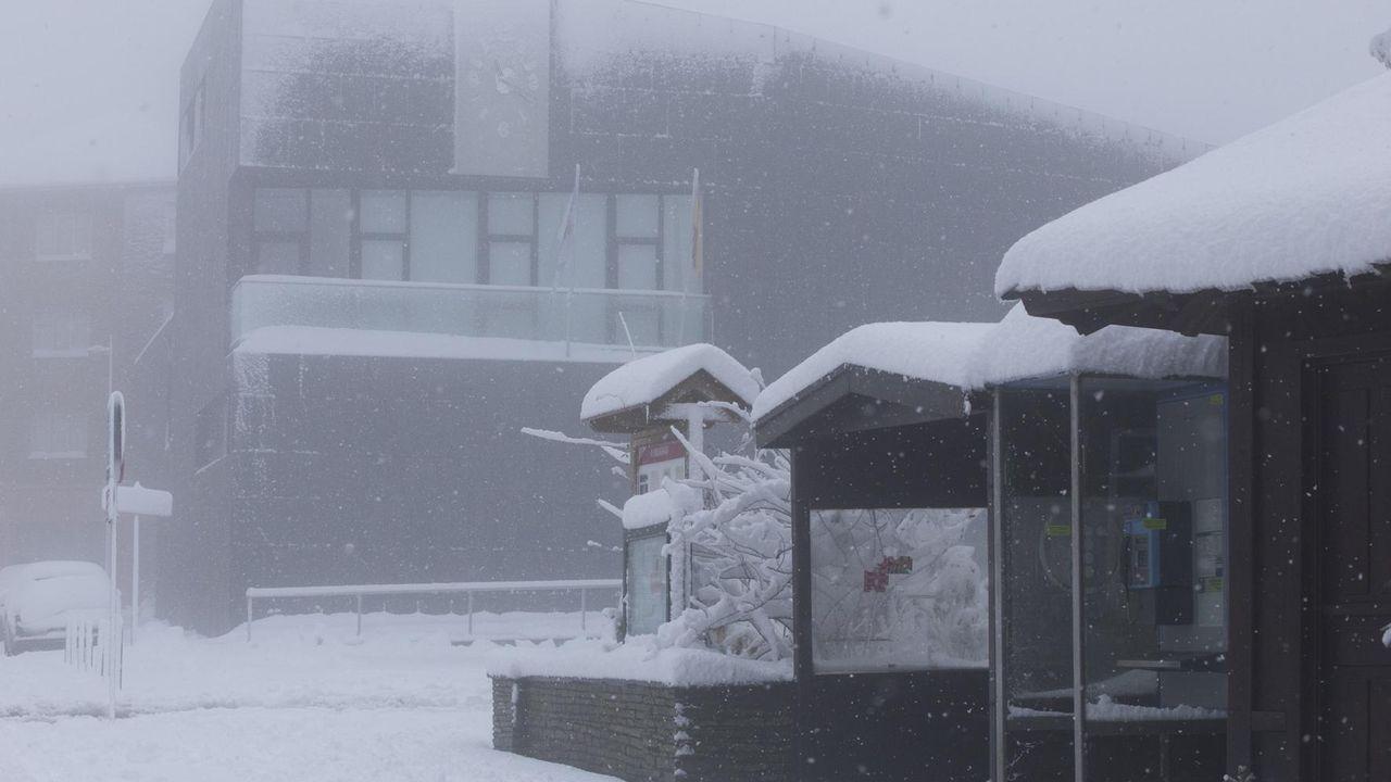 En A Fonsagrada, una espesa capa de nieve se acumuló en las calles