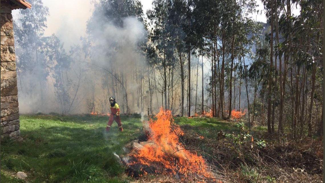 Asturias, coronavirus.Bomberos de Asturias en los incendios en San Feliz