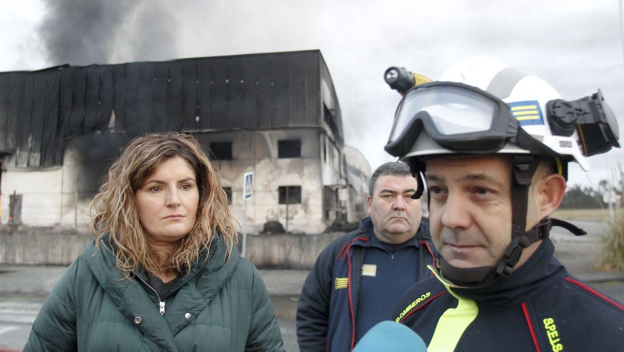 Carlos Castro, oficial del SPEIS, y Marián Ferreiro, alcaldesa de Narón
