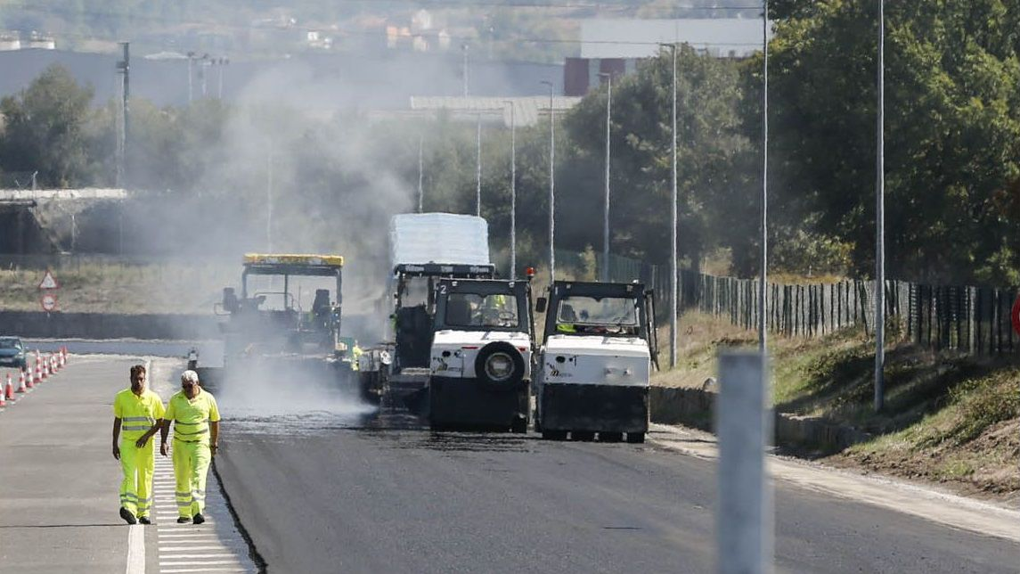 Polos miradoiros da provincia de Ourense.Trabajos de asfaltado en Ourense, en una foto de archivo