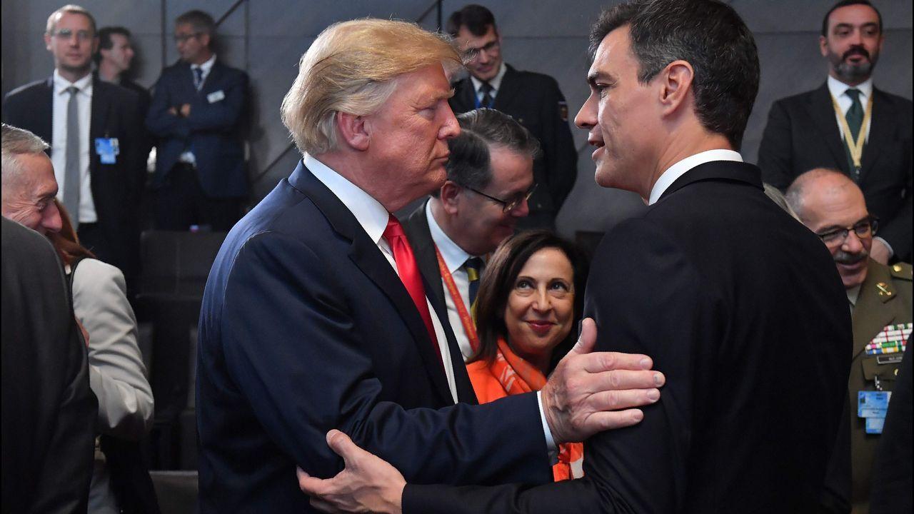 Trump , el «american idiot» que rechazan los británicos.Trump intenta bromear con Merkel después de convertirla en la diana de su furia