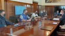 Reunión del presidente de la Autoridad Portuaria de Vigo, a la derecha, con trabajadores de Vulcano este miércoles