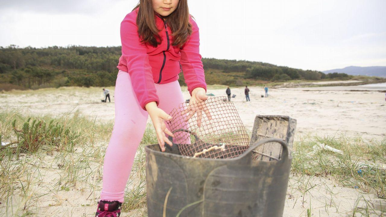 Jornada de limpieza en las playas de A Ermida, Osmo y A Arnela, con la asociación de vecinos