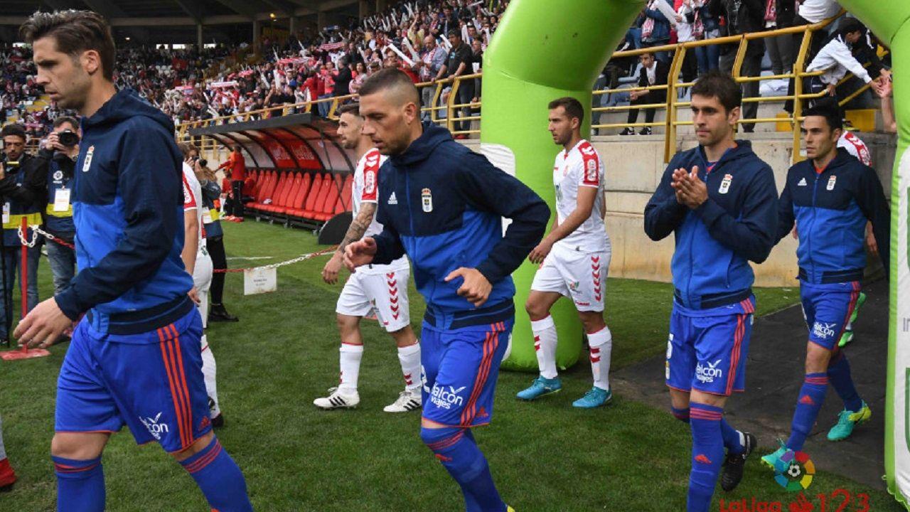 Anquela entrenamiento Requexon Real Oviedo.Ambos equipos saltando al césped del Reino de León