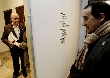 Xosé Luís Méndez Ferrín, á esquerda, e Xosé Luís Axeitos, onte, na sede da Academia Galega.