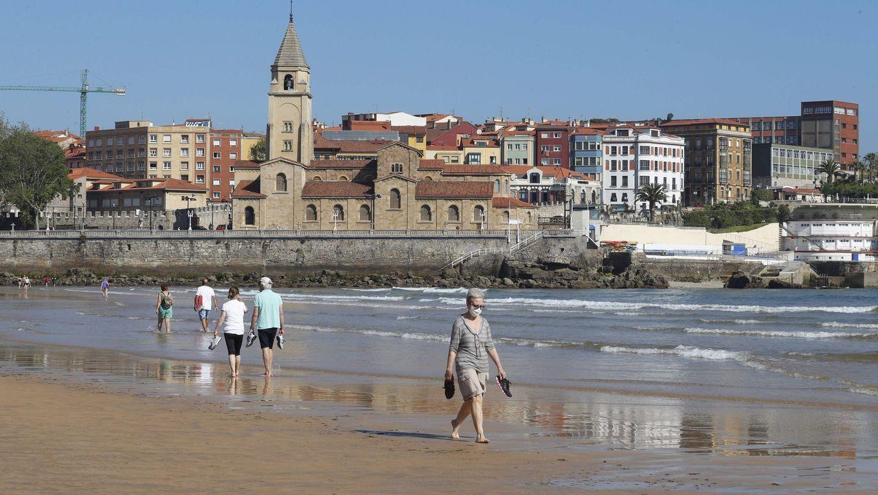 Asturias, «un pueblo roto por el dolor».La playa de San Lorenzo, durante la desescalada