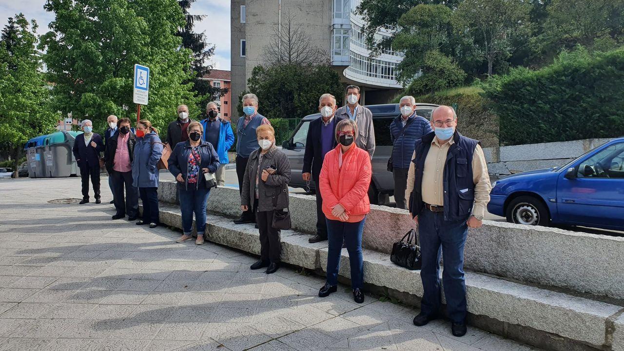 Encuentro informativo de emigrantes retornados en el barrio de A Cuña, en Ourense, con el secretario provincial de Emigración del PSOE, Luis Gulín