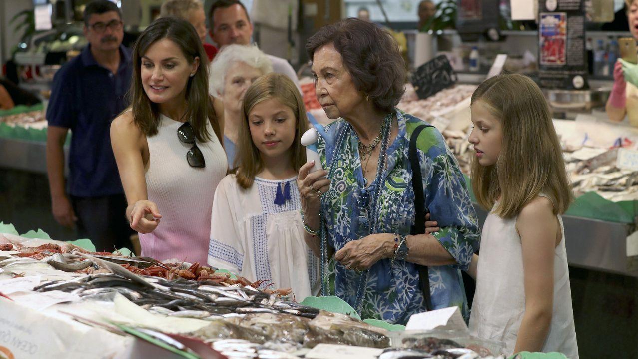 Todas las imágenes de la visita sorpresa a un mercado de Palma de las reinas, la princesa Leonor y la infanta Sofía.Las reinas Letizia y Sofía en Mallorca junto a la Infanta Sofía