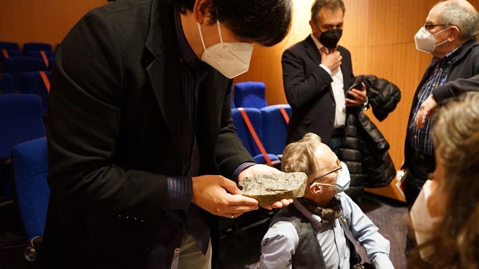 dopico.Borja Sánchez en el MUJA con un fósil
