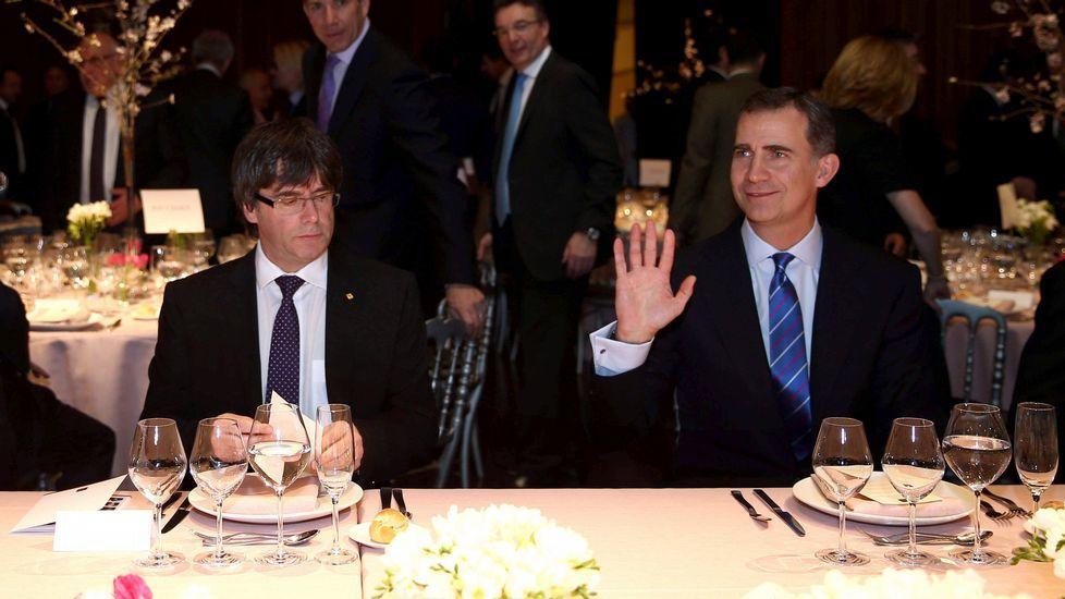 Cruce de bienvenidas entre el rey y Puigdemont