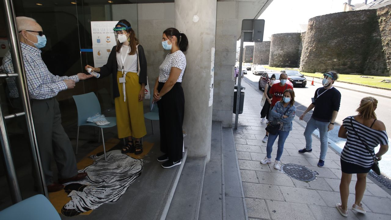 Los equipos de limpieza desinfectando la mesa de Sindicatos, en la Ronda da Muralla