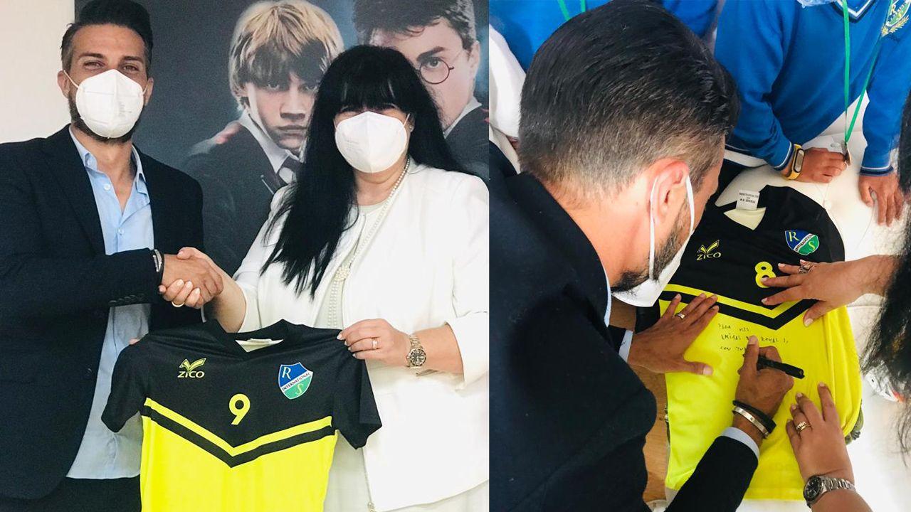 La Directora, Paula Gundín, entregó la camiseta oficial del Colegio al entrenador Rubén de la Barrera.
