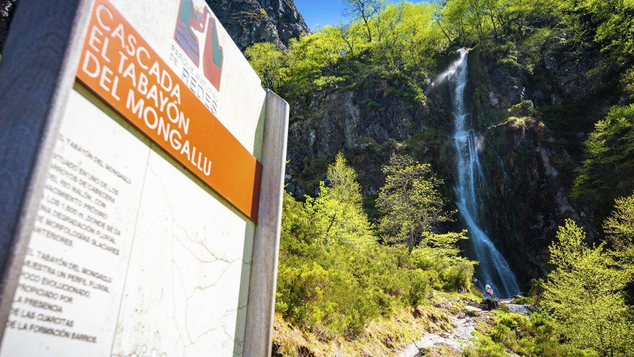 Senderista a los pies de la cascada de El Tabayón del Mongallu