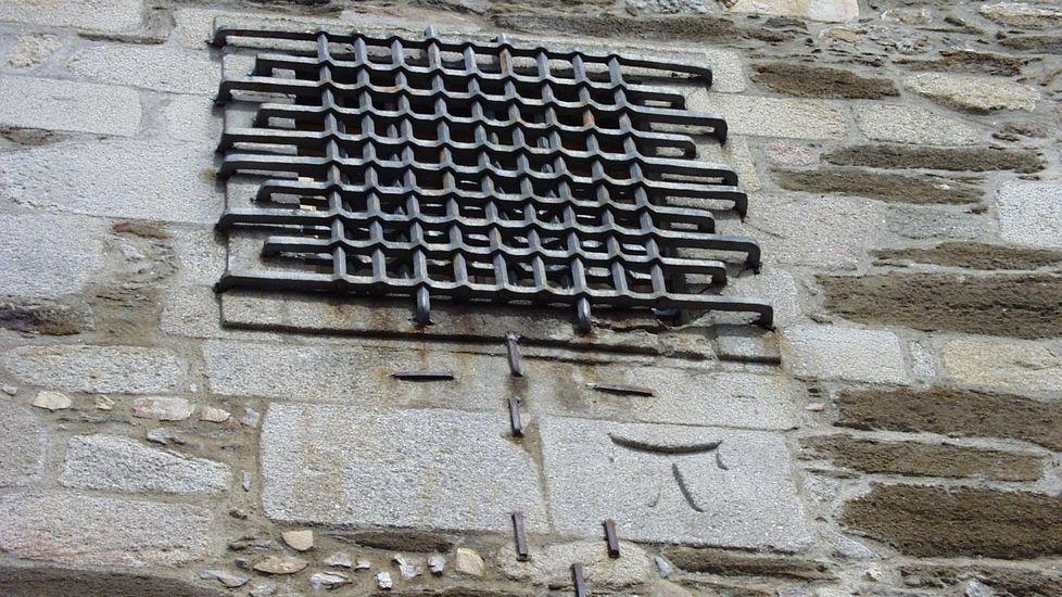 El símbolo de la tau, en la foto bajo una ventana del torreón de la cárcel vieja, era un amuleto contra la peste