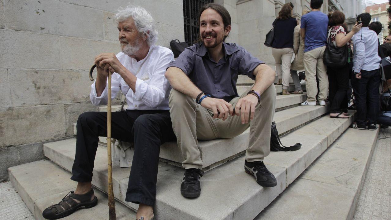 Imagen tomada en julio del 2015 en A Coruña que reunía al portavoz nacional de Anova, Xosé Manuel Beiras, y el líder de Podemos, Pablo Iglesias, en un momento de relax tras el encuentro político que habían mantenido