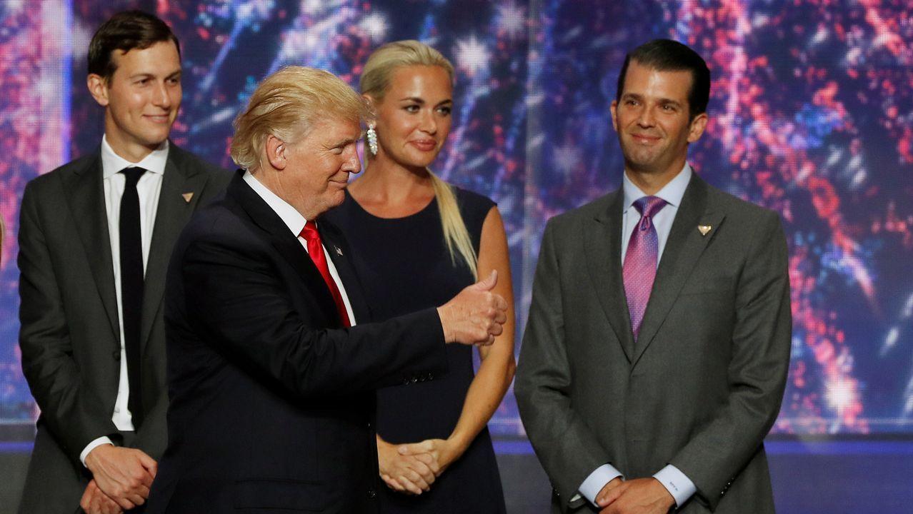 Trump saluda acompañado por su yerno Kushner, su hijo Donald y la esposa de este