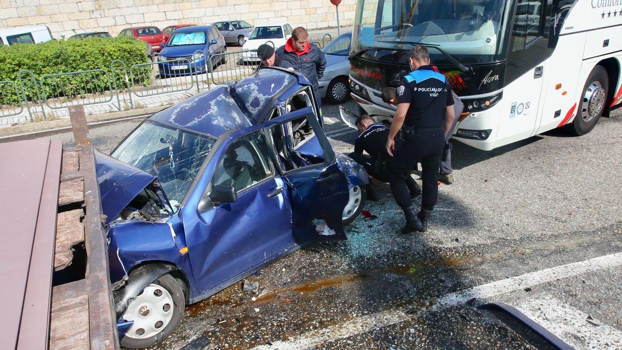 Un turismo, destrozado al chocar en Vigo con un camión y un autobús.Presidente de Barreras