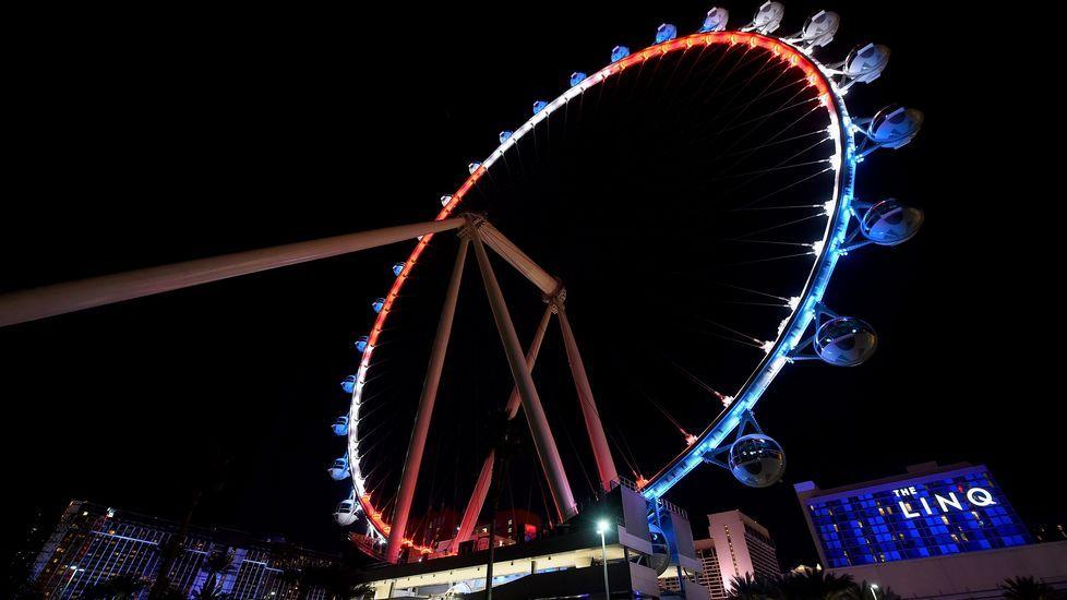 La noria en Las Vegas, con los colores de la bandera francesa.