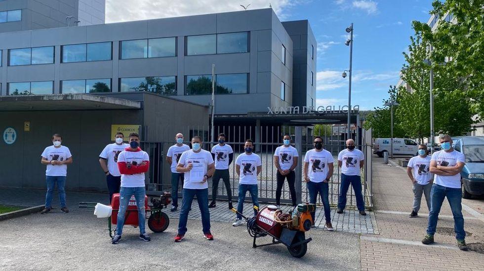 Homenaxe o mestre Carlos Alfonso pola súa xubilación en Cambados.Trabajadores del Servizo Municipal de Emerxencias de Sanxenxo ante la Delegación Territorial de la Xunta en Pontevedra