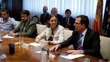 La ministra de Industria María Reyes Maroto (c) durante la reunión en la sede del Ministerio de Industria en Madrid de los representantes de Alcoa de las plantas de Asturias y Galicia, con los compradores de la empresa, el fondo suizo Parter Capital, y representantes del ministerio