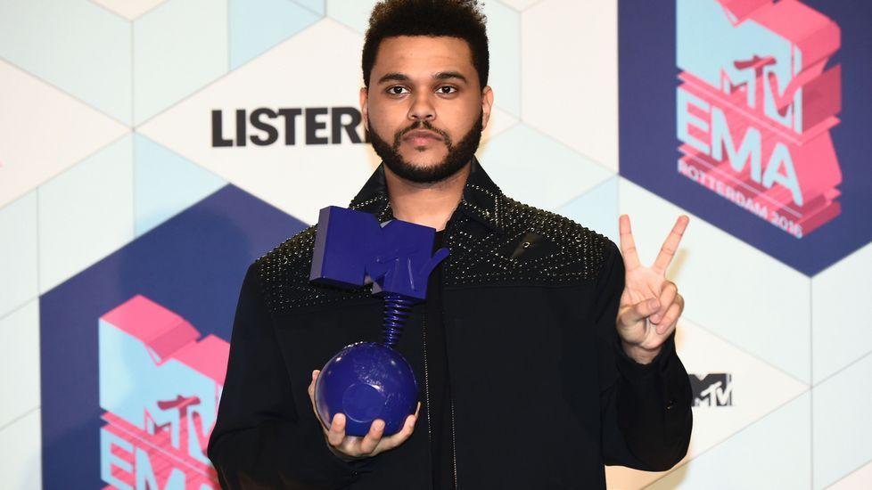 El cantante canadiense The Weeknd con su galardón al mejor vídeo.
