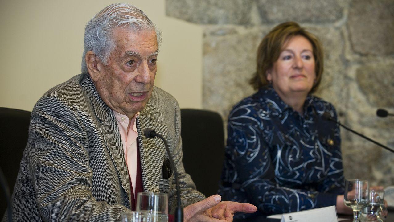 Vargas Llosa de compras por A Coruña.Vargas Llosa, en la librería Arenas.