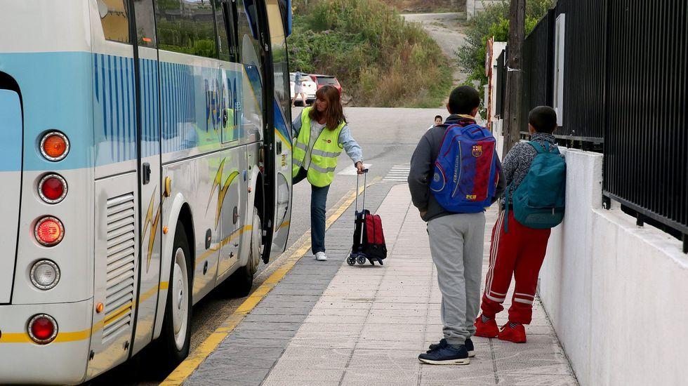 Las acompañantes de los buses escolares frente a las puertas de la Consejería de Educación.Las acompañantes de los buses escolares frente a las puertas de la Consejería de Educación