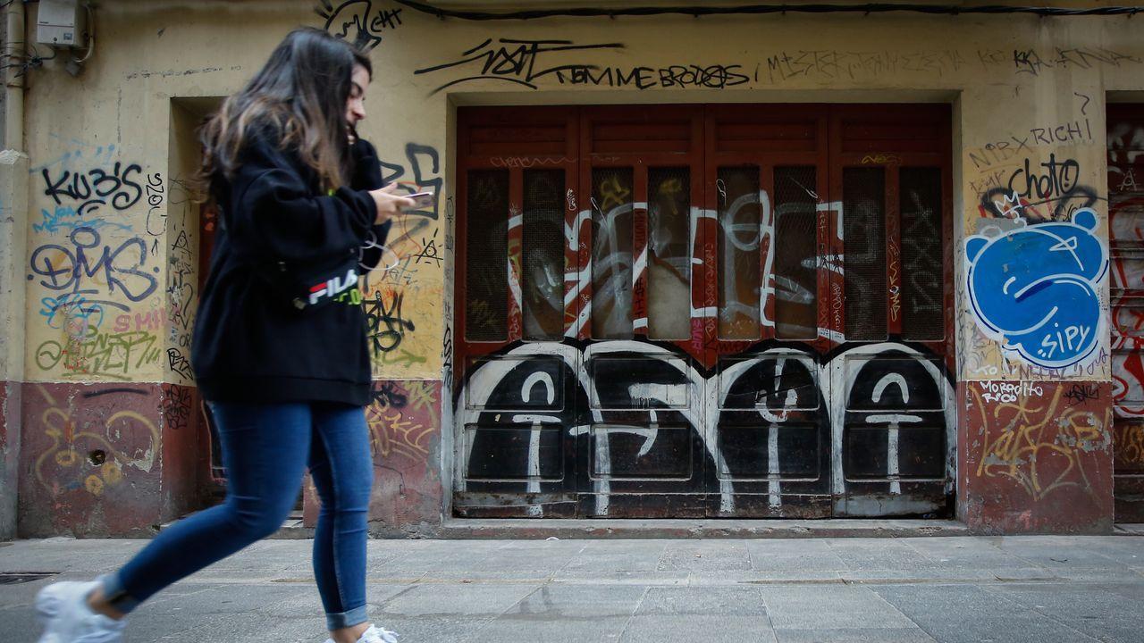 Calle Vista. Las firmas de Asma, uno de los veteranos grafiteros de la ciudad, pueden verse por todos los barrios y en todo tipo de paredes, incluso en lugares de difícil acceso.