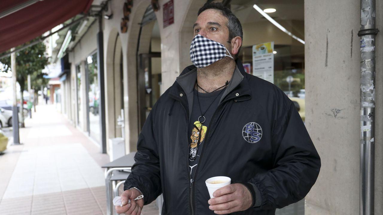 José Antonio Villaverde, trabajador del servicio de limpieza de Oroso, disfruta de un café por la calle