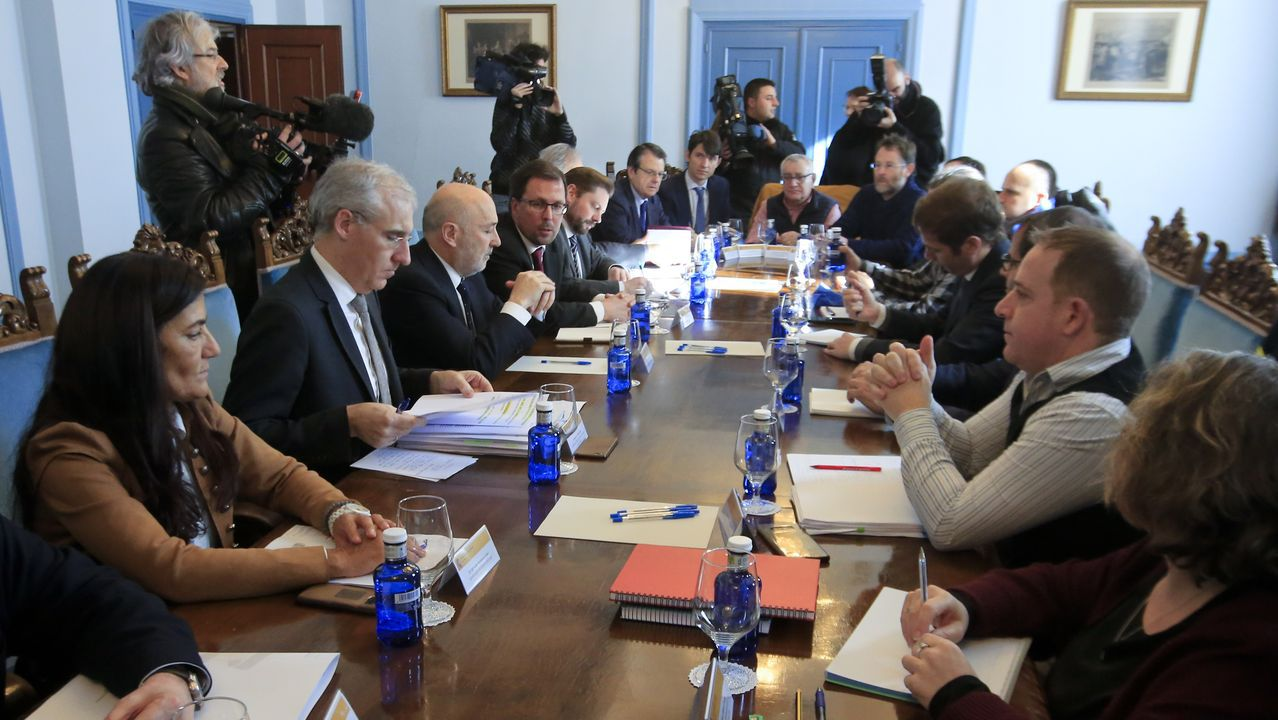 Representantes del comité de empresa de Alcoa San Cibrao, con los lazos azul «eléctrico» de la campaña con la que reivindicarán que se apruebe ya el estatuto para la industria electrointensiva