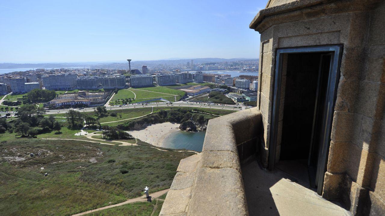A Coruña vista desde la torre de Hércules.Así acabó el coche del miñense que provocó el accidente