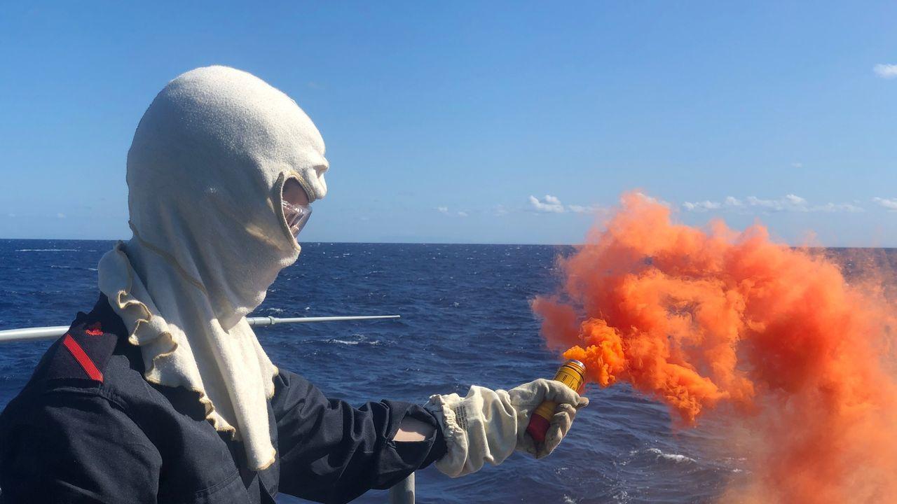 Ejercicio de pirotecnia a bordo de la Álvaro de Bazán