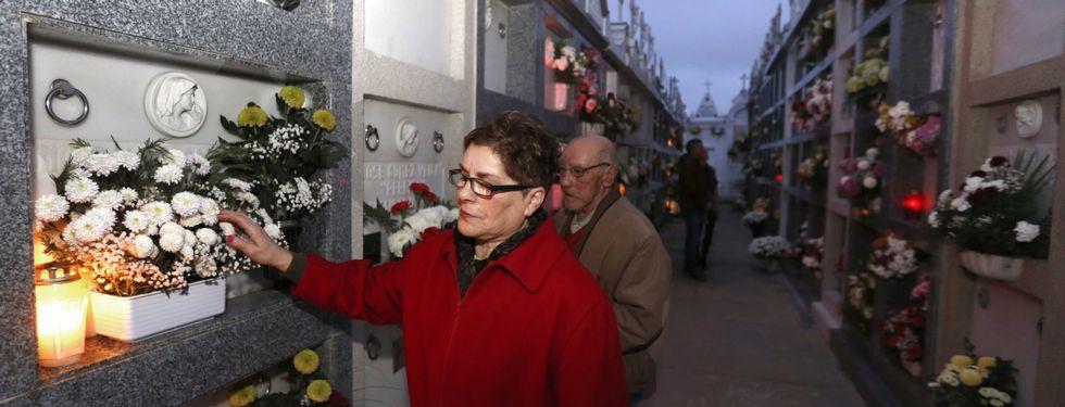 Celebracion de Todos los Santos.El cementerio de Foz registró una gran afluencia durante toda la jornada.