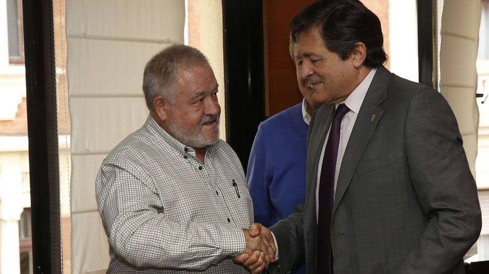Antonio Pino y Javier Fernández se saludan durante una reunión para la concertación.Antonio Pino y Javier Fernández se saludan durante una reunión para la concertación