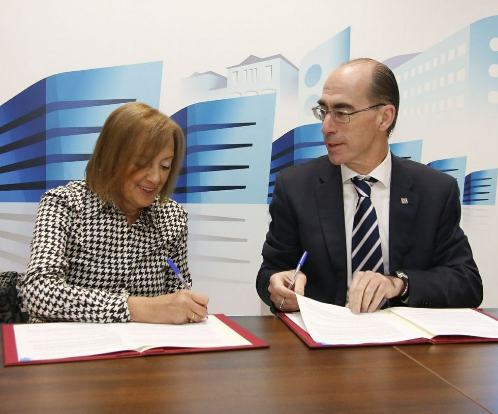Antonia Hernández y Jesús Vázquez Almuíña firmando el acuerdo.