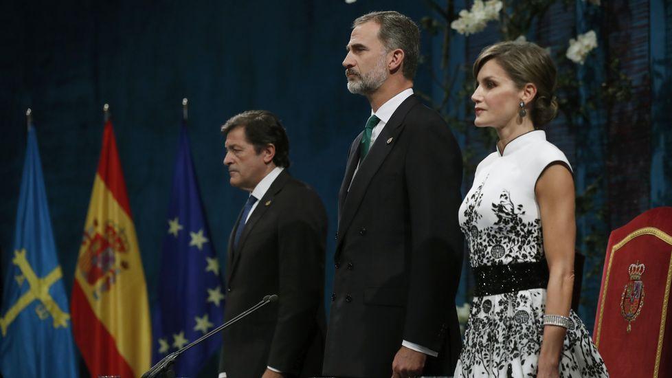 Los reyes Felipe y Letizia junto al jefe del Ejecutivo asturiano, Javier Fernández (i), al inicio de la ceremonia de entrega de los premios Princesa de Asturias 2017