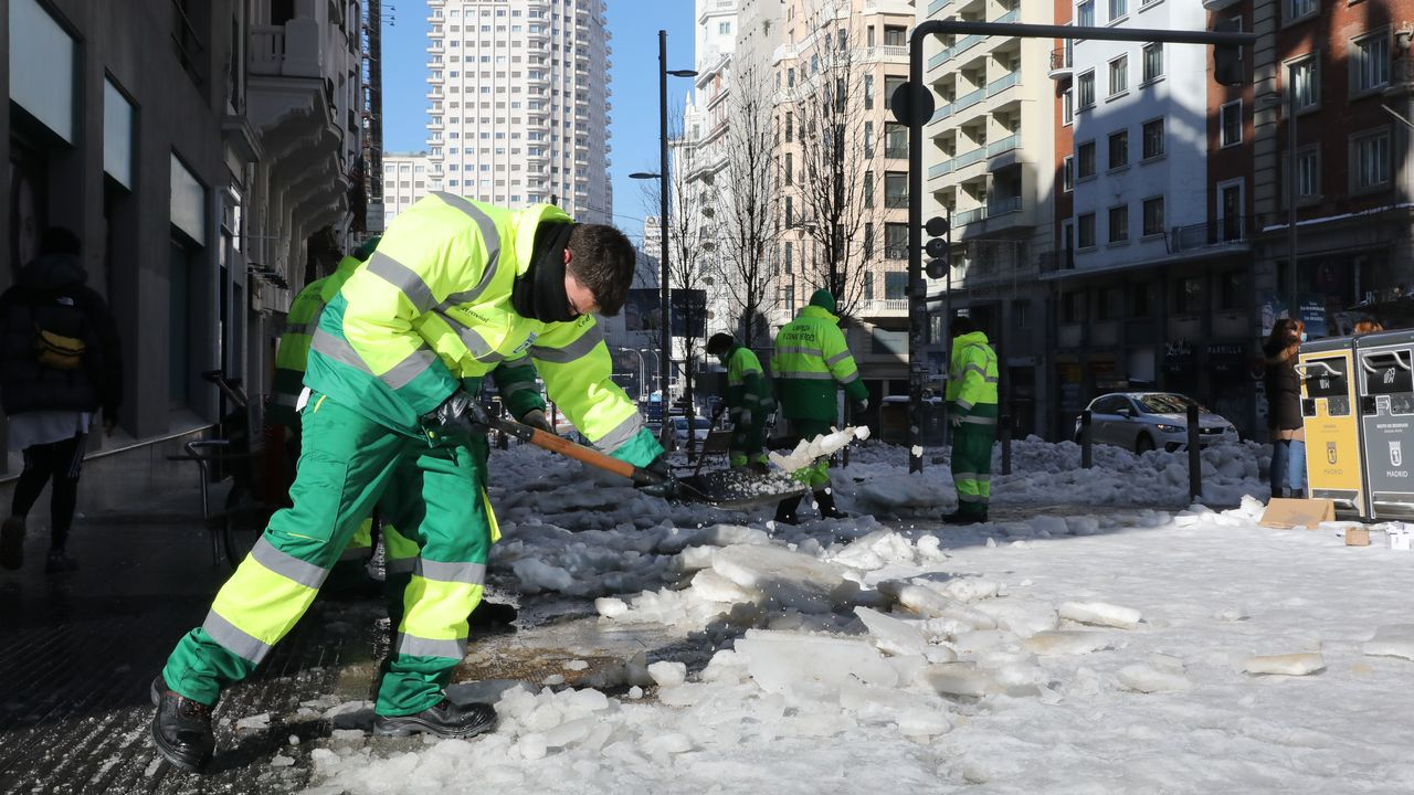 Los actores, como auténticos peregrinos.Operarios de limpieza trabajan limpiando la nieve en una calle de Madrid