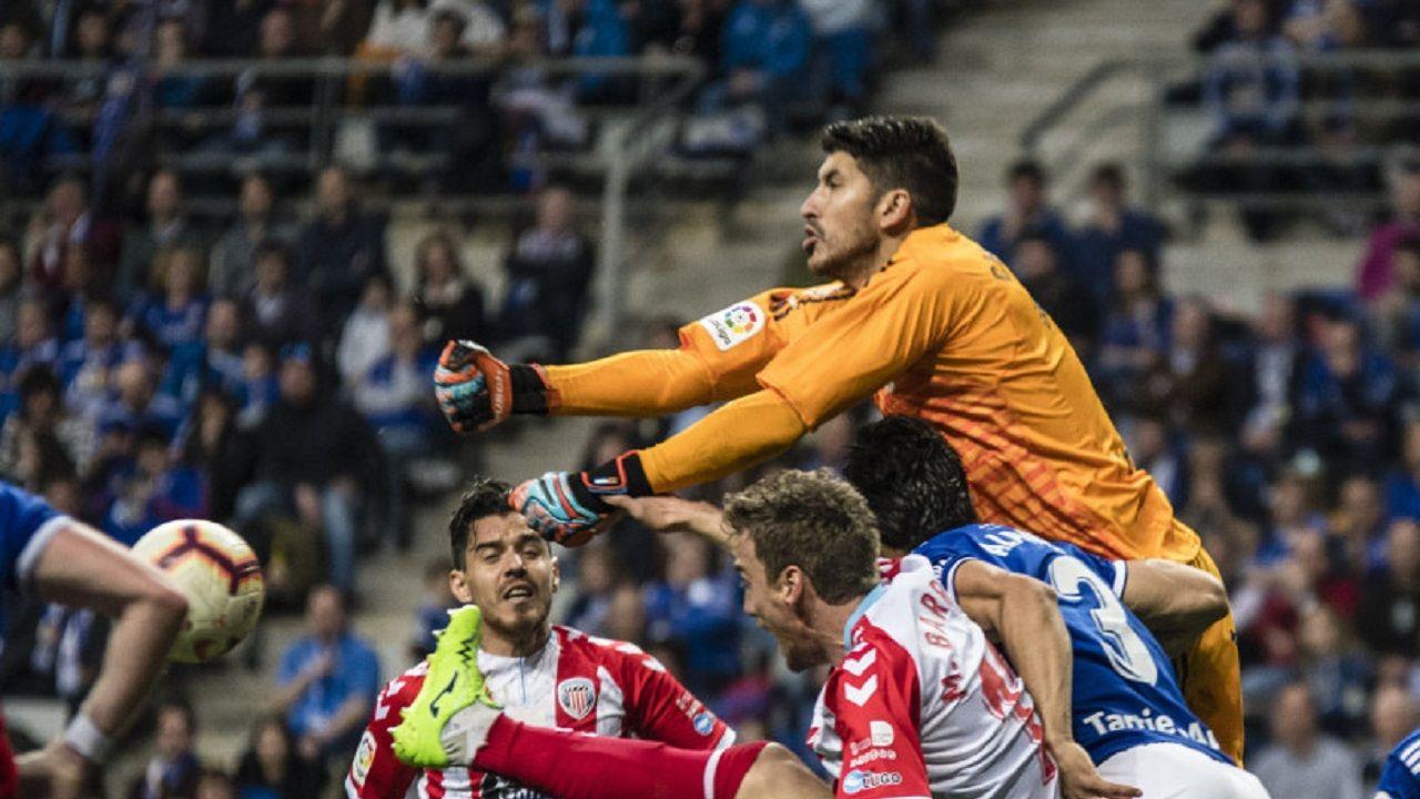 Champagne Real Oviedo Lugo Carlos Tartiere.Champagne despeja un balón frente al Lugo
