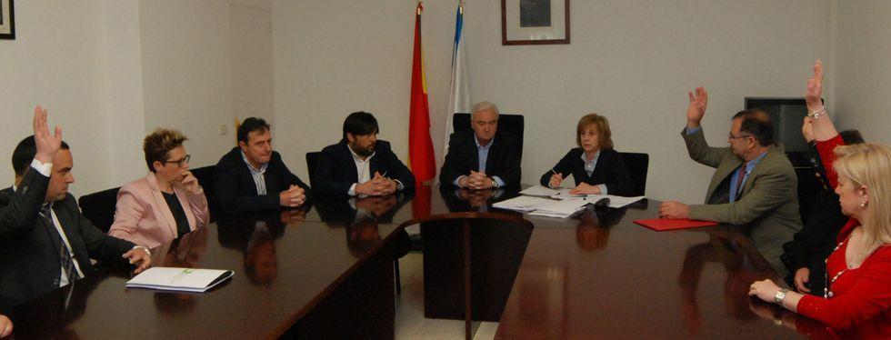 Momento de la elección de Val -el tercero por la derecha- como alcalde de Alfoz.