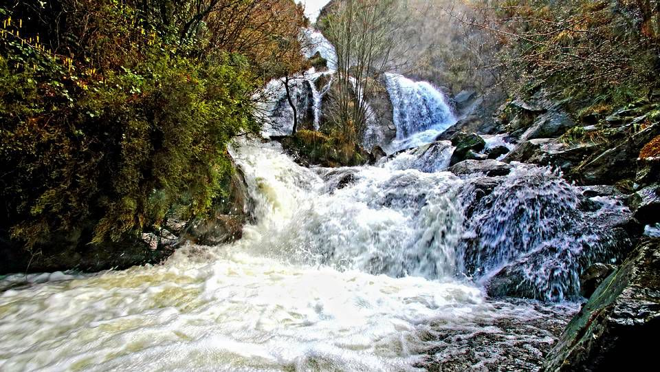 Fervenza de Entrecruces en el río Outón en Carballo.