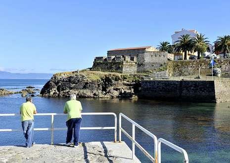 El castillo de San Carlos de Fisterra aparece en una de las visiones ofrecidas desde la revista.